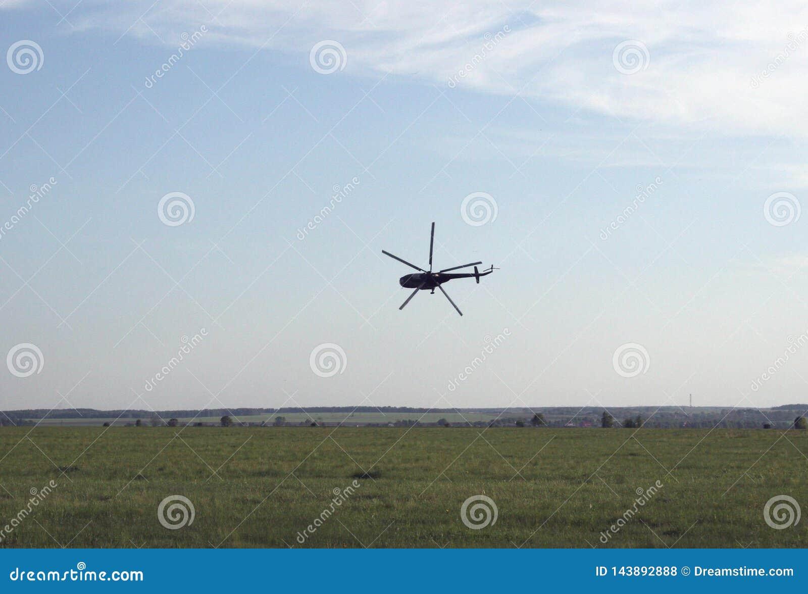 Helicóptero extremo del despegue