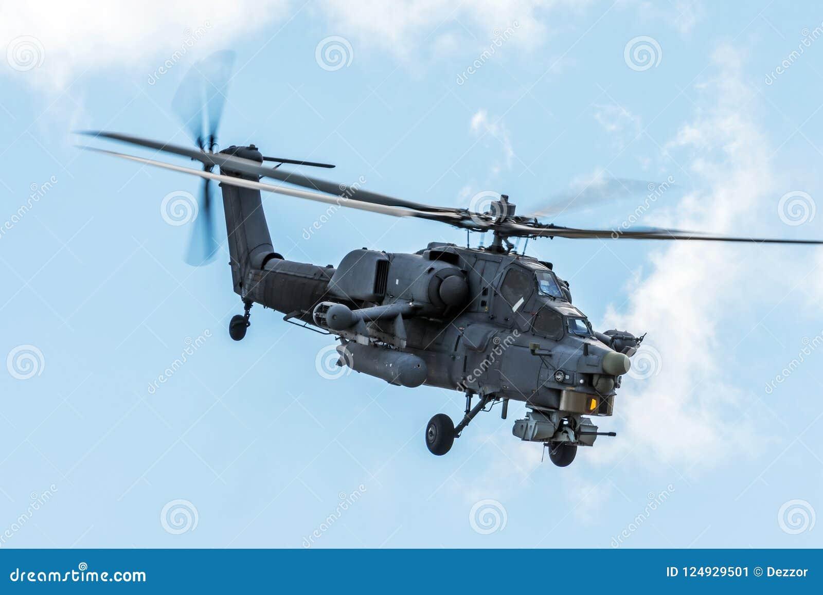 Helicóptero militar no céu em uma missão de combate com armas