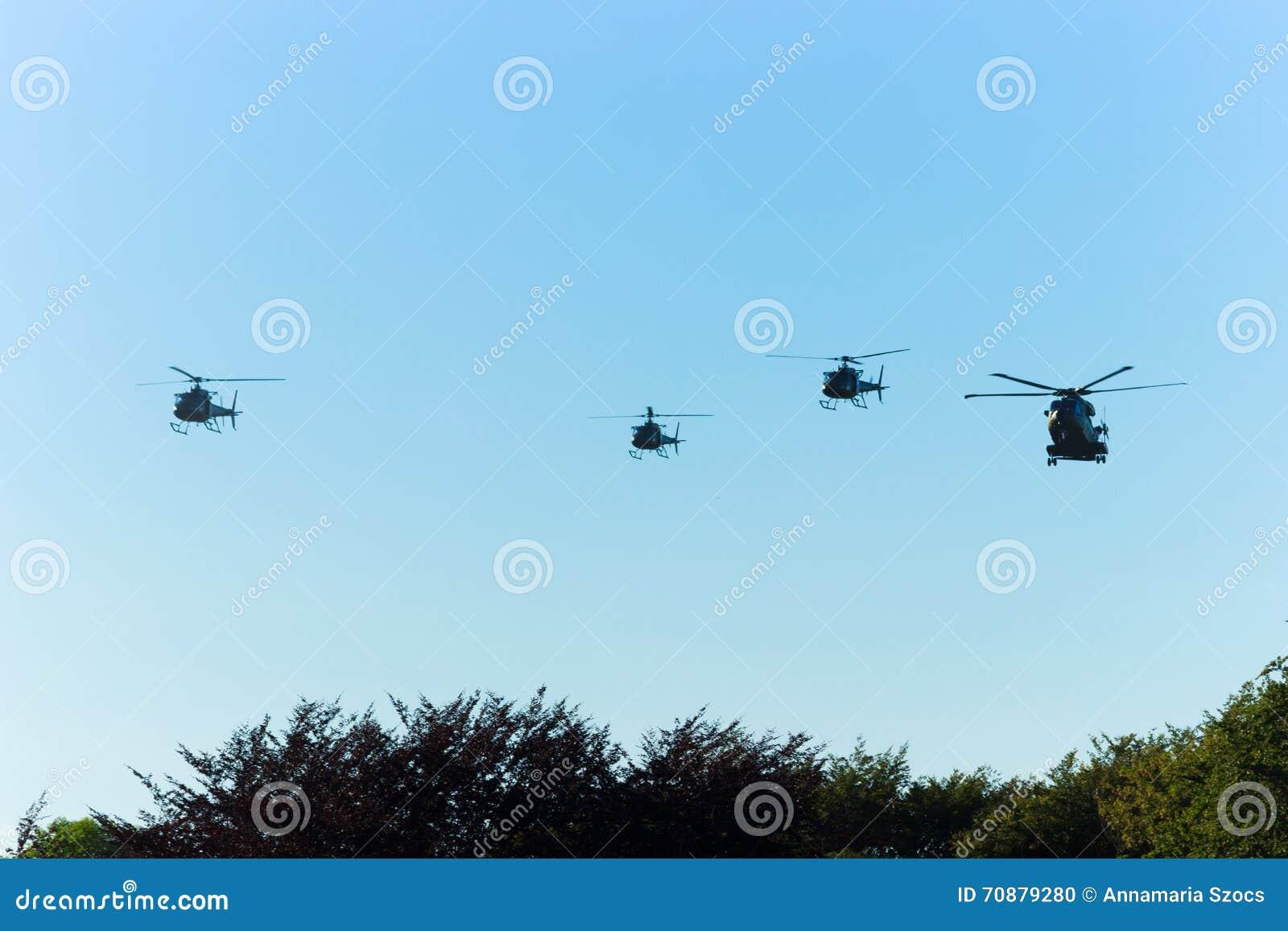 Helicópteros militares en el cielo