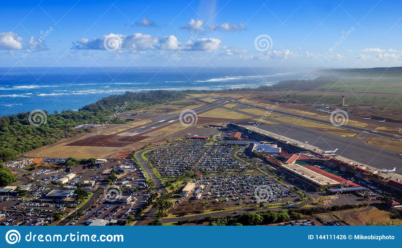 Helicopter approach to Kahului Airport