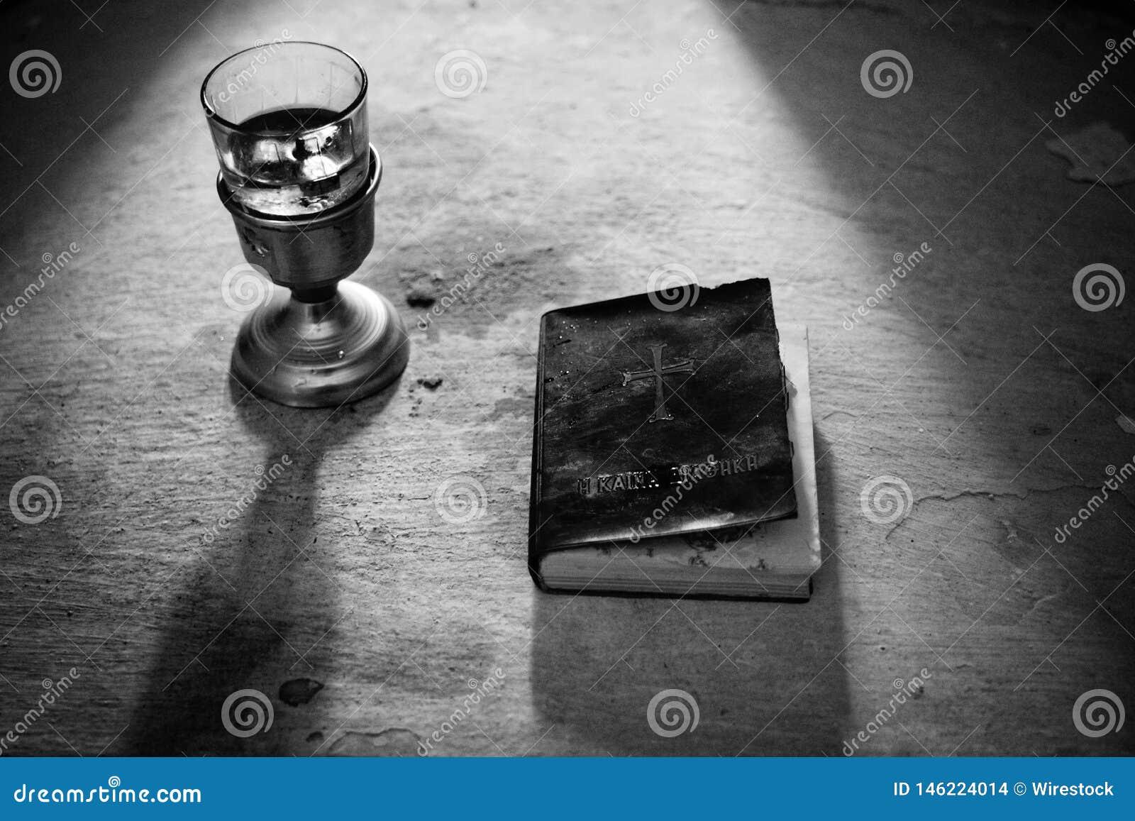 Helig bibel med rött vin som skjutas i svartvitt