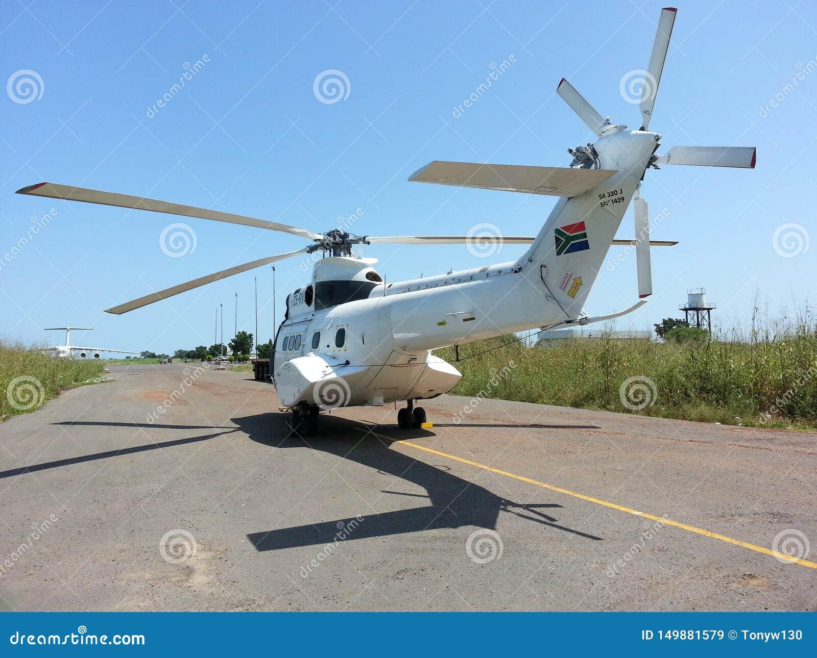 Helikopter bij luchthaven wordt geparkeerd die