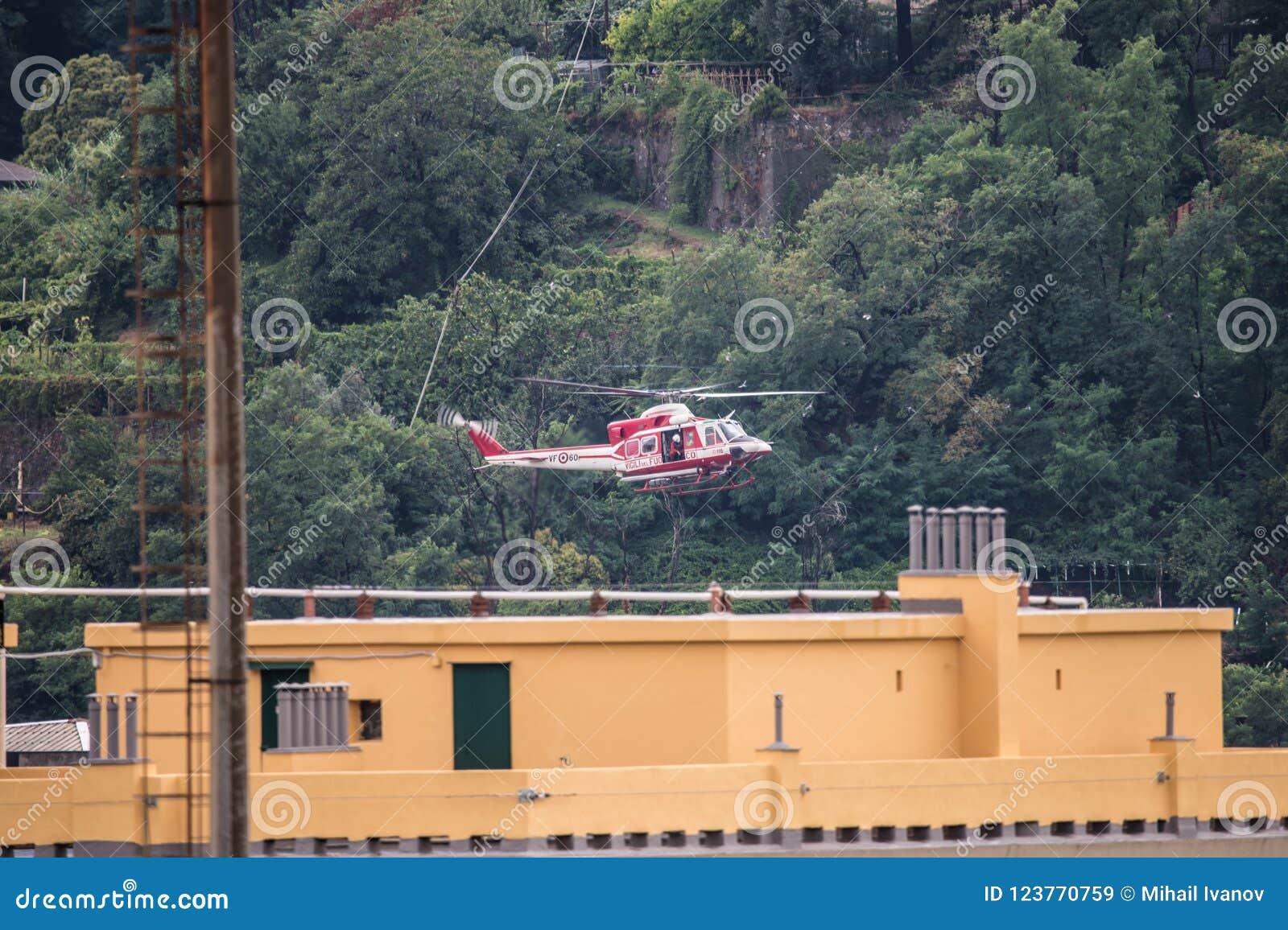 Helikopter för räddningsaktioner av den offerMorandi bron i Genua, Italien