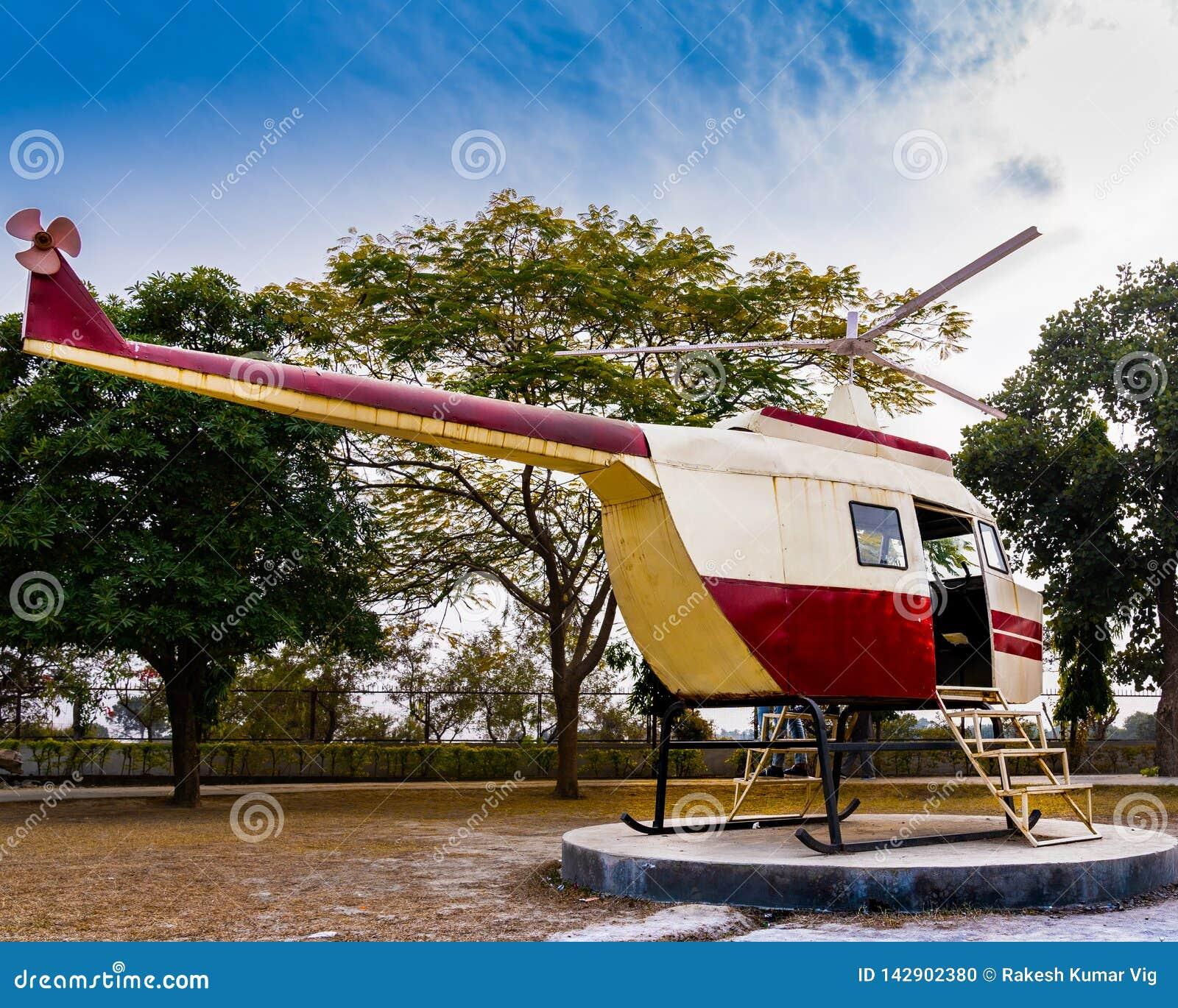 Helikopter klaar opstijgen om de schoonheid van trillende wolken te raken