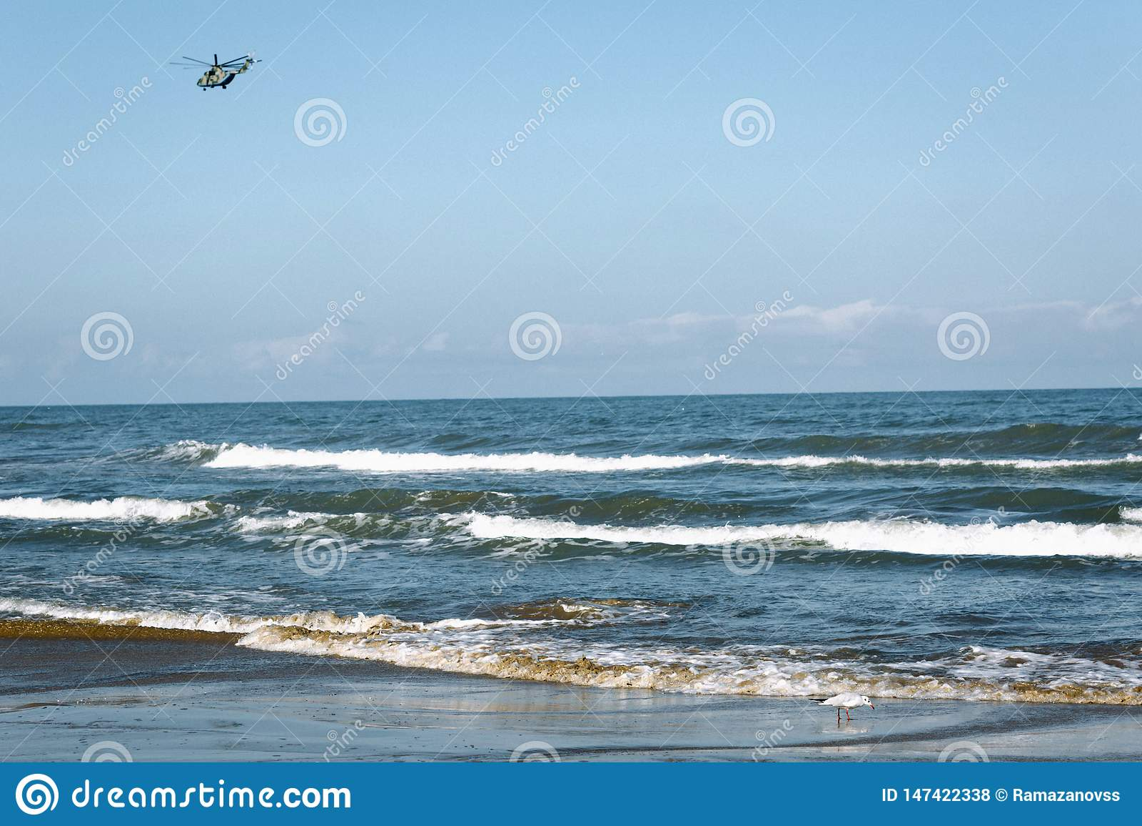 Helikopter nad morzem przeciw bezchmurnemu niebu
