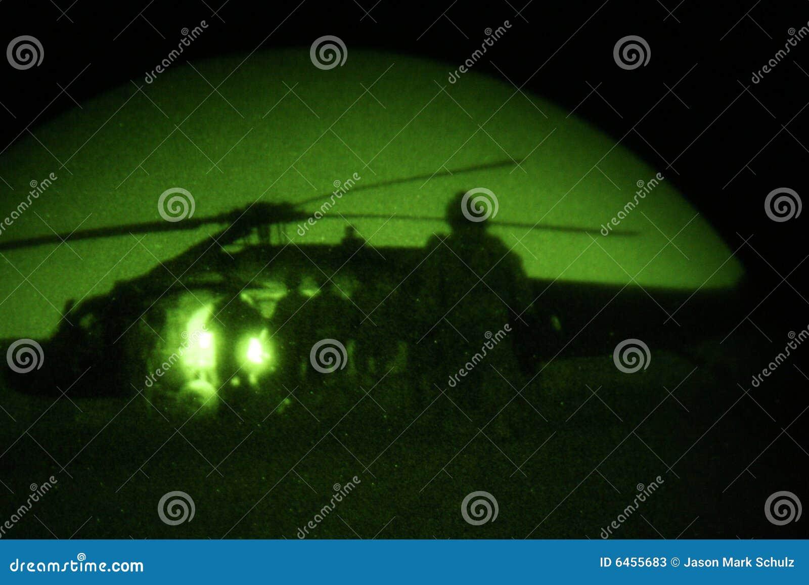 Helikopter nocy żołnierze obciążenia