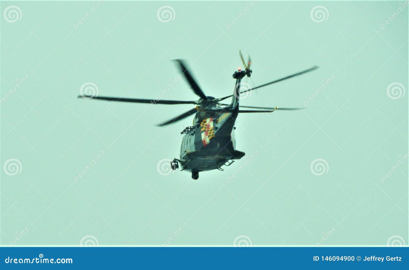 Helikopter Policyjny lata daleko od w Maryland