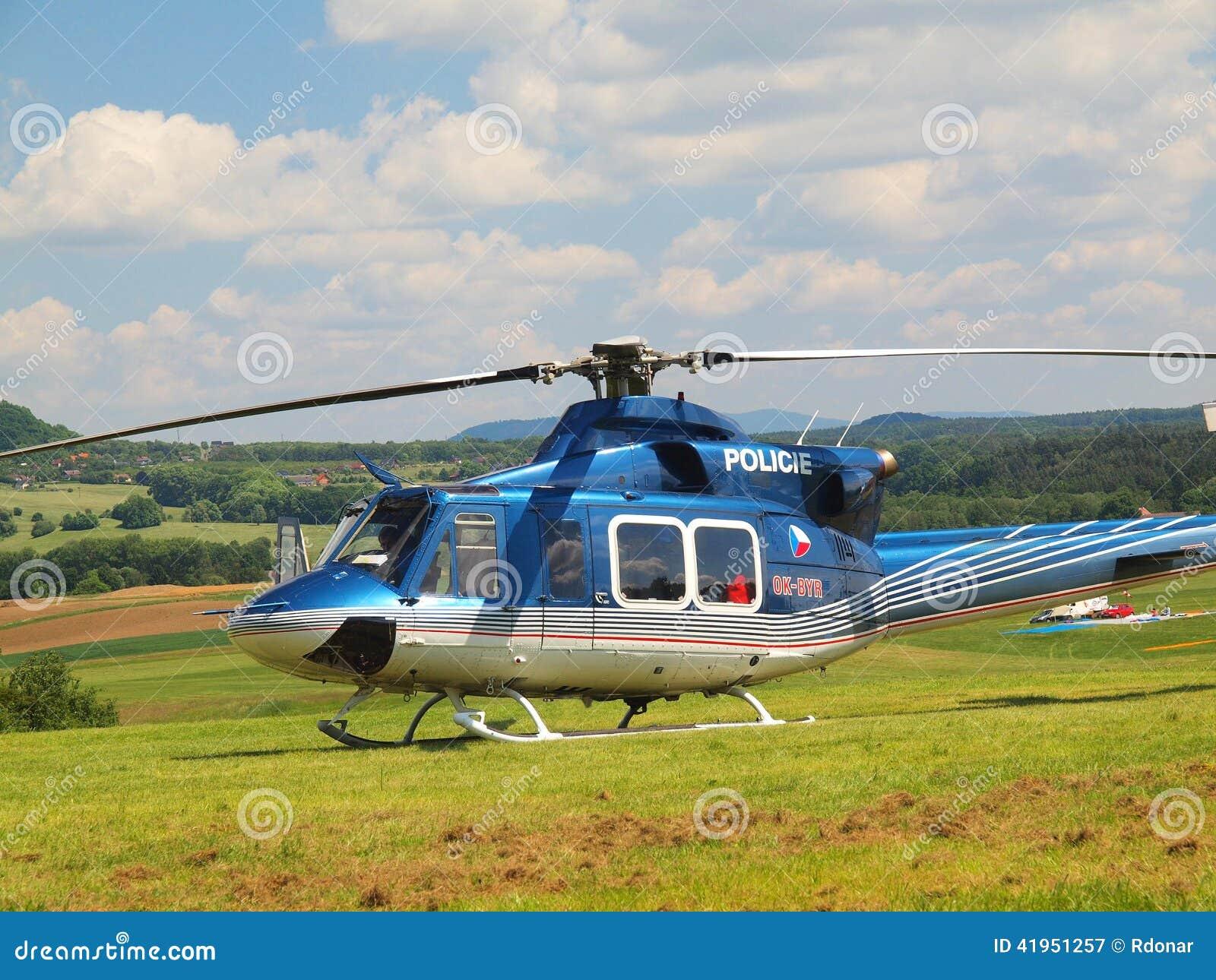 Helikopter policyjny w akci, śmigła obraca i maszyna przygotowywa latać
