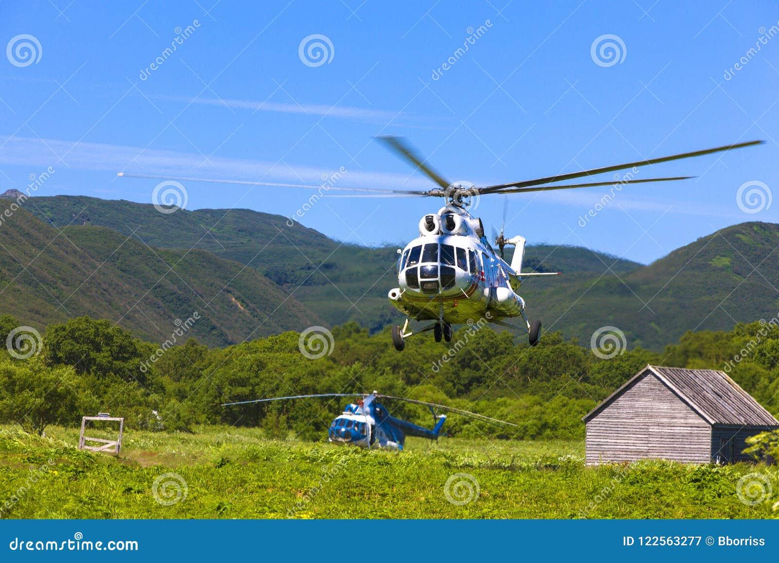 Helikopter w niebie przy podejściem