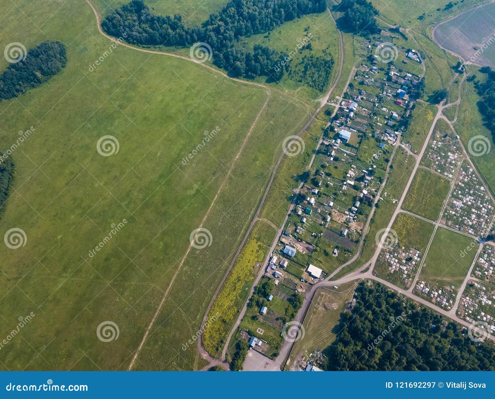 Helikopterhommel geschoten dorp met weg