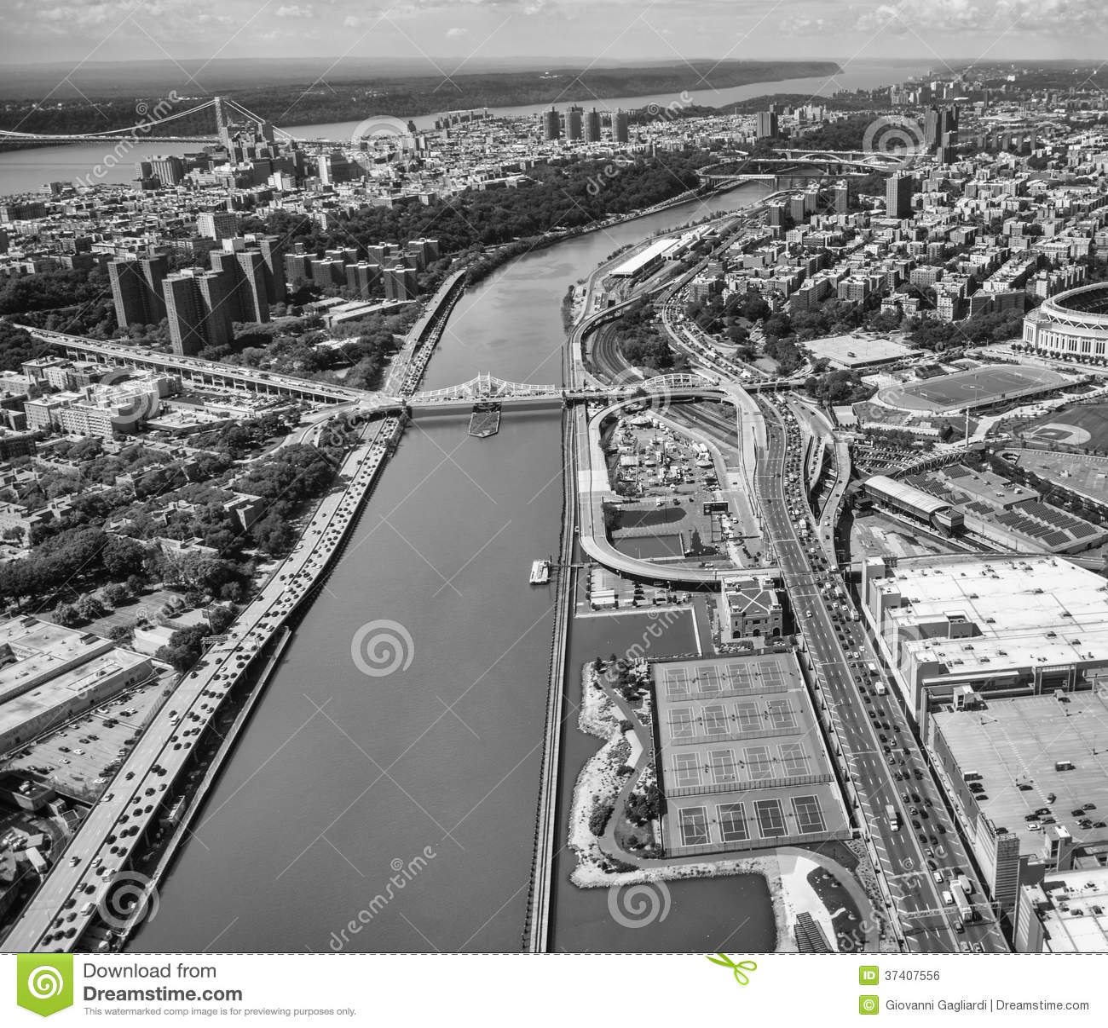 Helikoptersikt av Macombs fördämningbro och Washington Heights - N