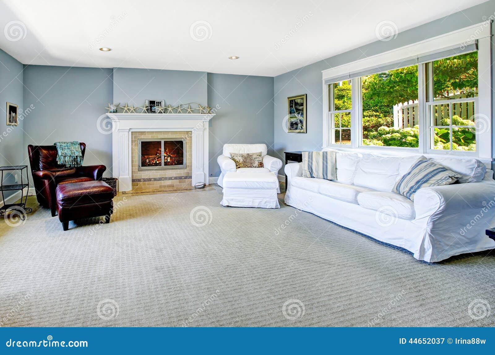 Fesselnde Hellblaues Sofa Sammlung Von Pattern Wohnzimmer Mit Weißem Und Kamin Stockbild