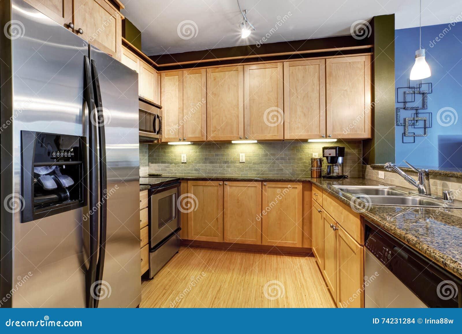 Hellbraune Kuche Mit Massivholzboden Und Granit Stockfoto Bild Von