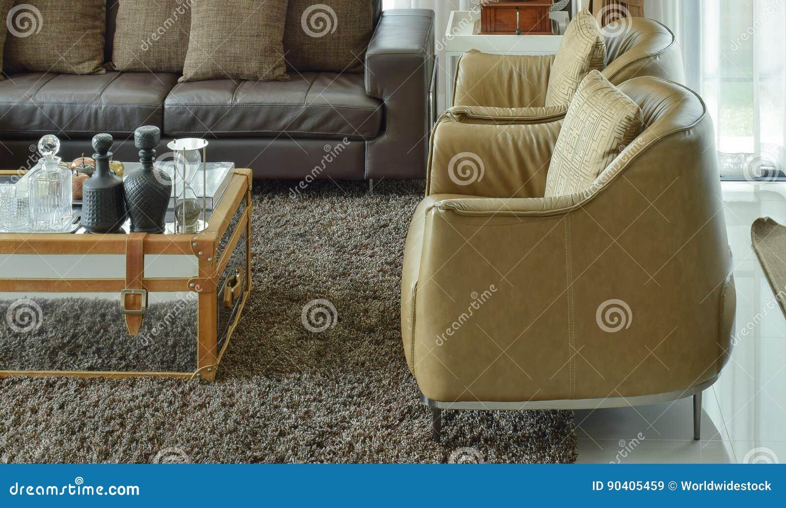 Hellbraune Ledersessel Und Dunkelbraunes Ledernes Sofa Im Wohnzimmer