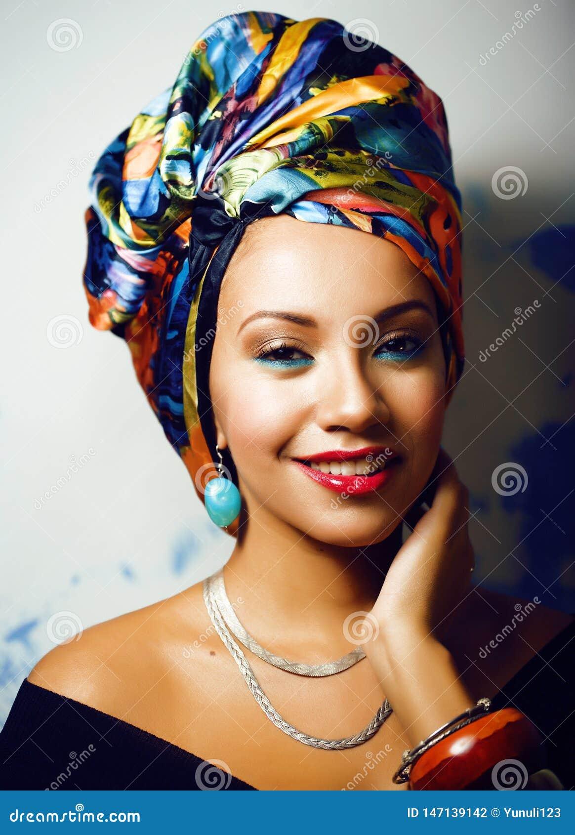 Helle afrikanische Frau der Sch?nheit mit kreativem bilden, Schal auf Kopf wie dem cubian Nahaufnahmel?cheln