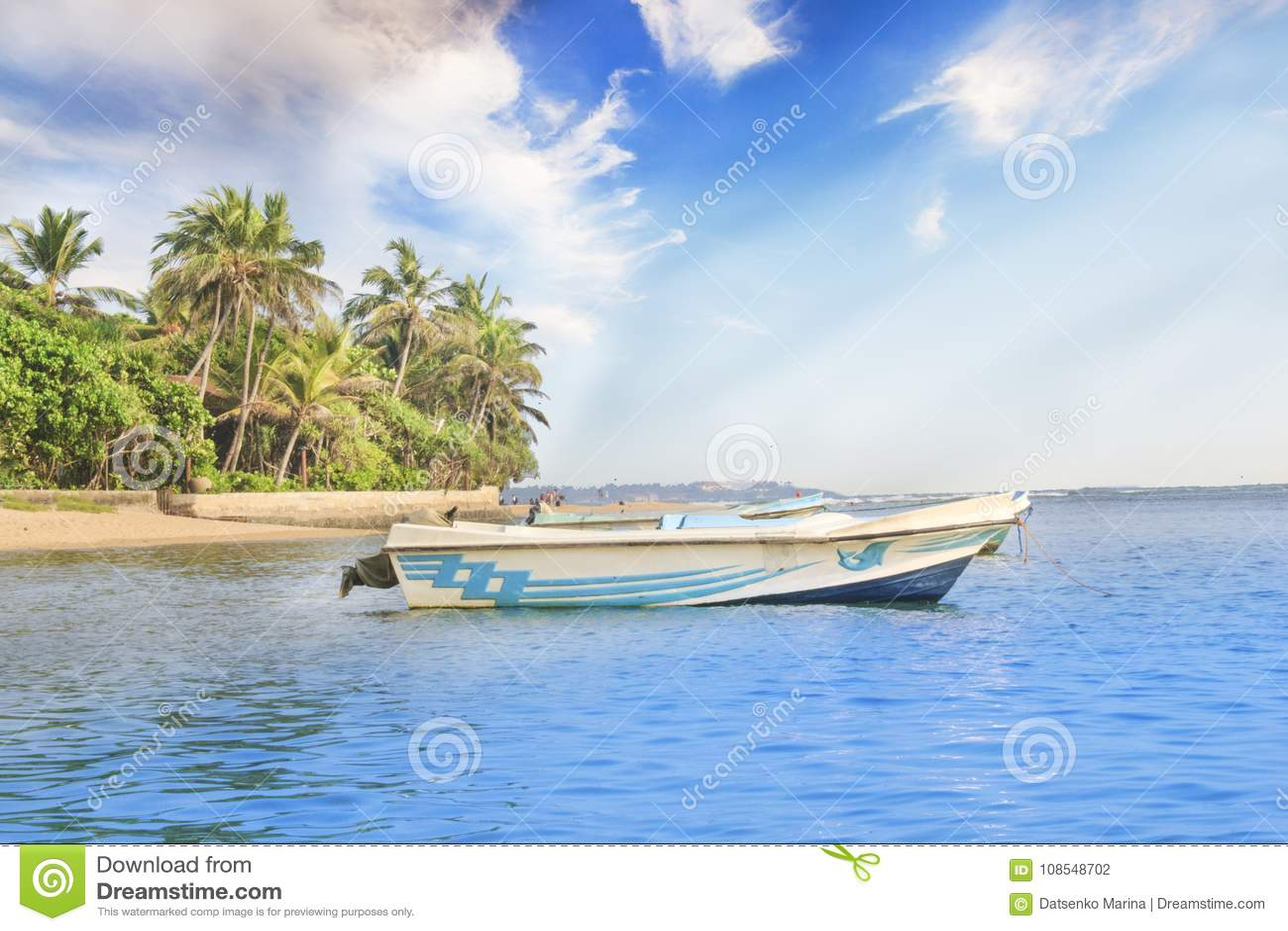 Helle Boote auf dem tropischen Strand von Bentota, Sri Lanka an einem sonnigen Tag