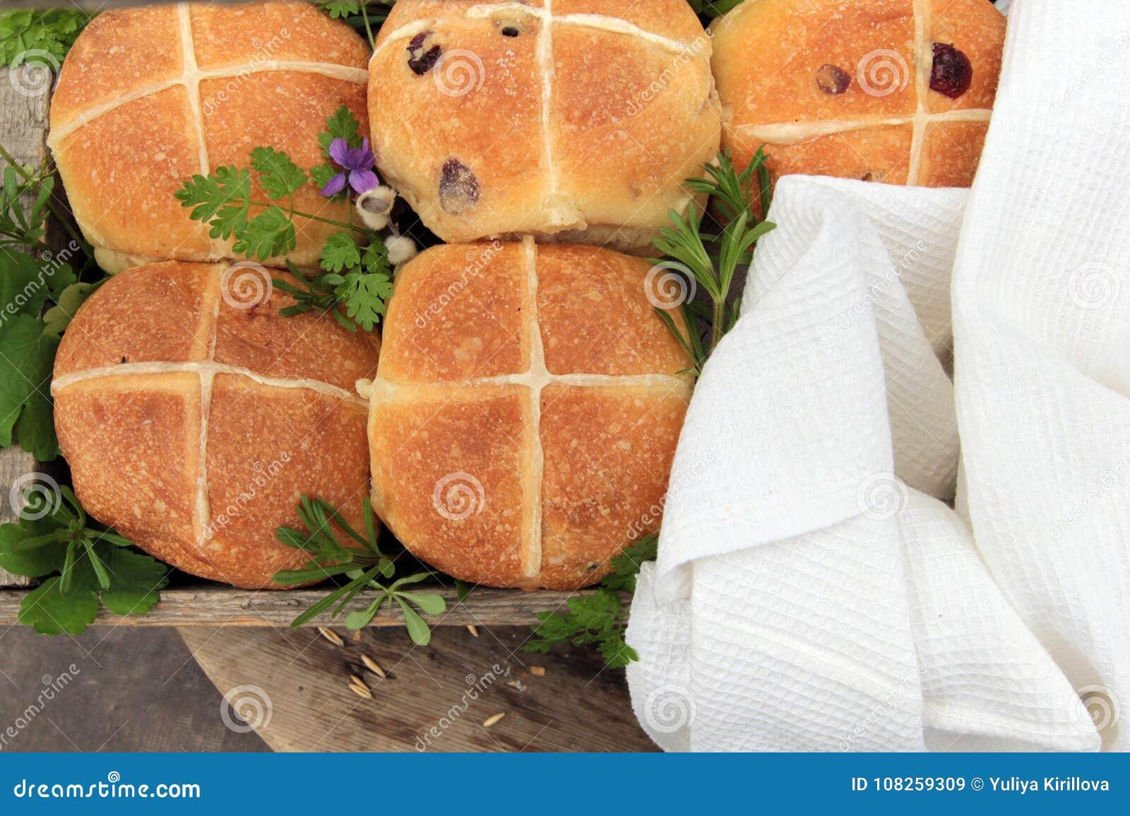 Helle empfindliche köstliche Englisch-Ostern-Brötchen mit einem Kreuz