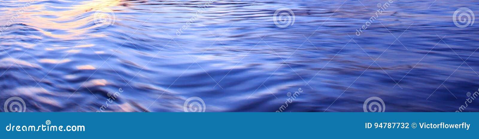Helle Reflexion auf blauer Flusswelle plätschert Oberfläche Zusammenfassung, Ruhe, Romanze