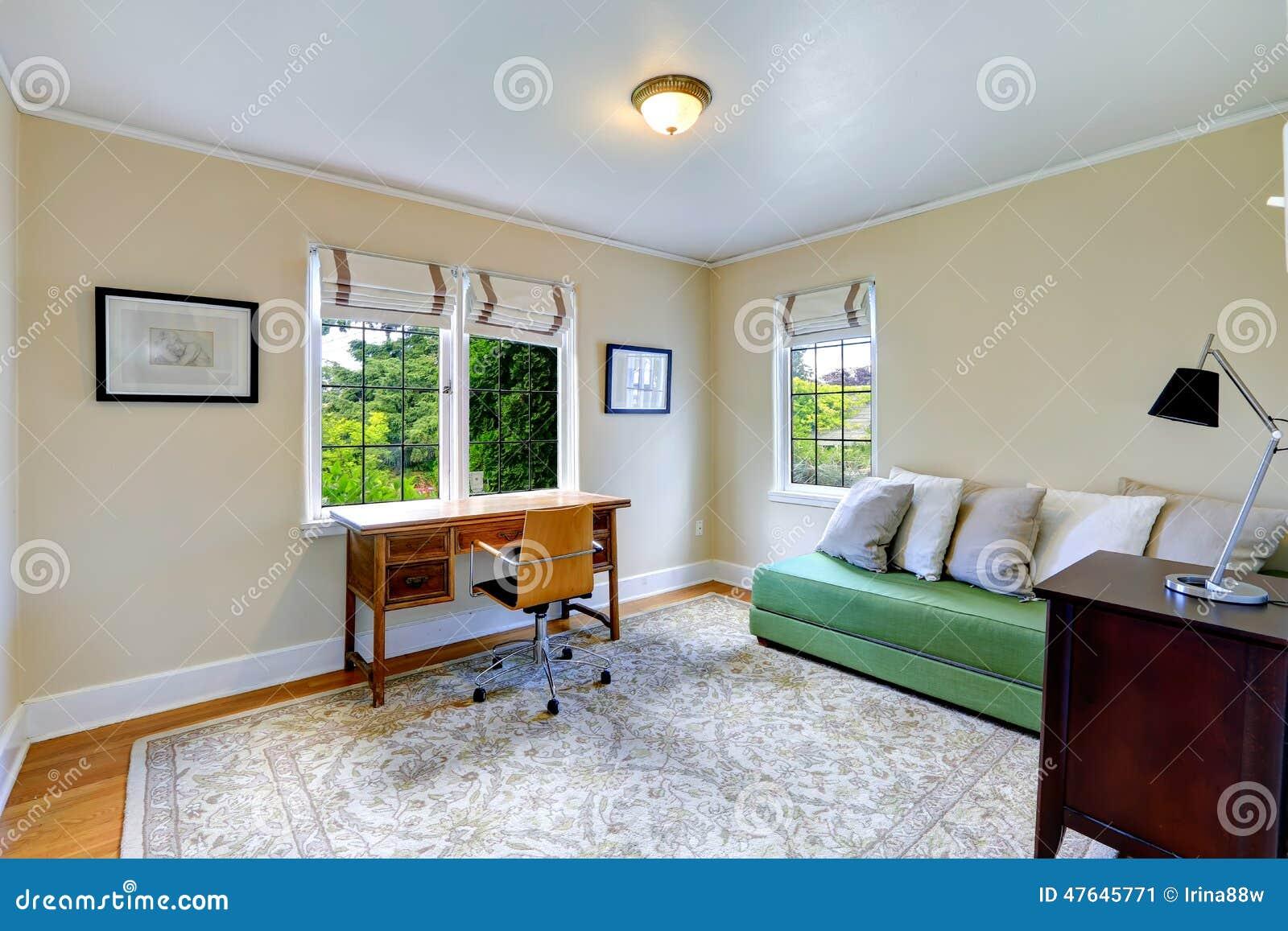 Heller b roraum mit gr ner couch stockfoto bild 47645771 for Heller raum
