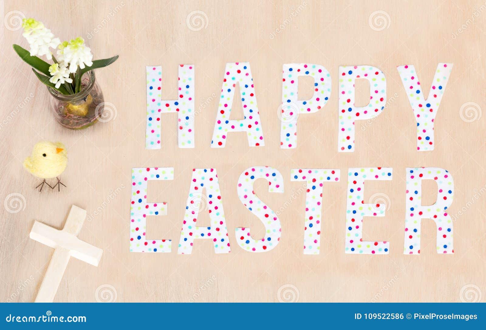 Heller glücklicher Ostern-Text, Küken, Blumen-, hölzerneskreuz und backgro