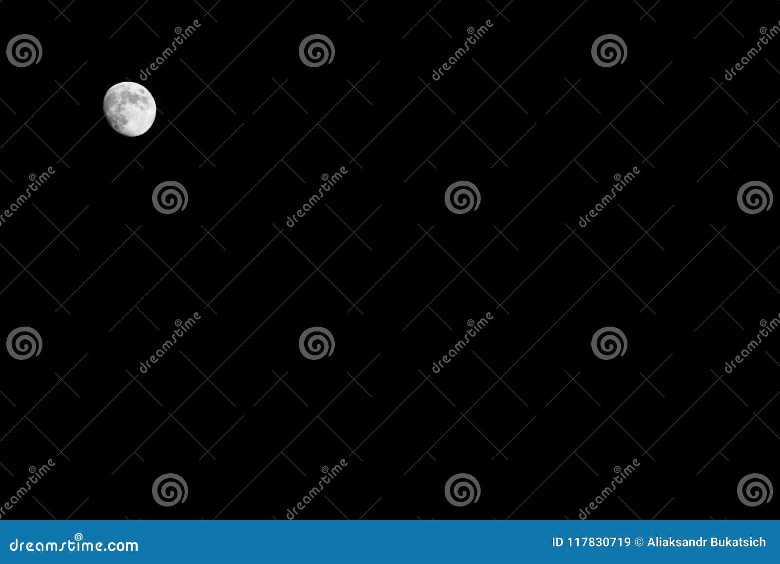 Heller kleiner voller weißer Mond auf einem schwarzen Himmel nachts, Hintergrund, Kopienraum