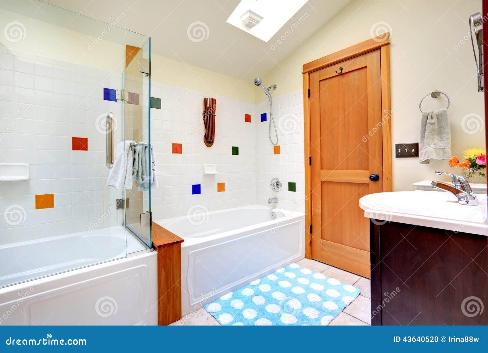 Helles Badezimmer Mit Oberlicht Stockfoto   Bild von wohnung, idee ...