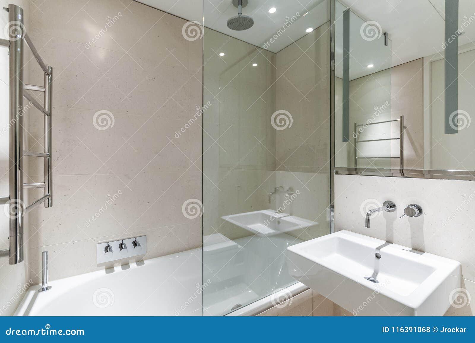Download Helles Badezimmer Mit Sandsteinfliesen Stockfoto   Bild Von  Sauber, Hotel: 116391068