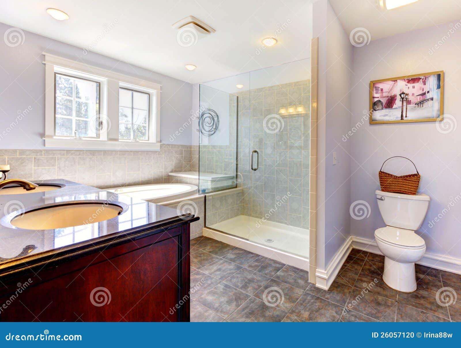 helles lavendar badezimmer mit großer dusche stockfoto - bild, Hause ideen