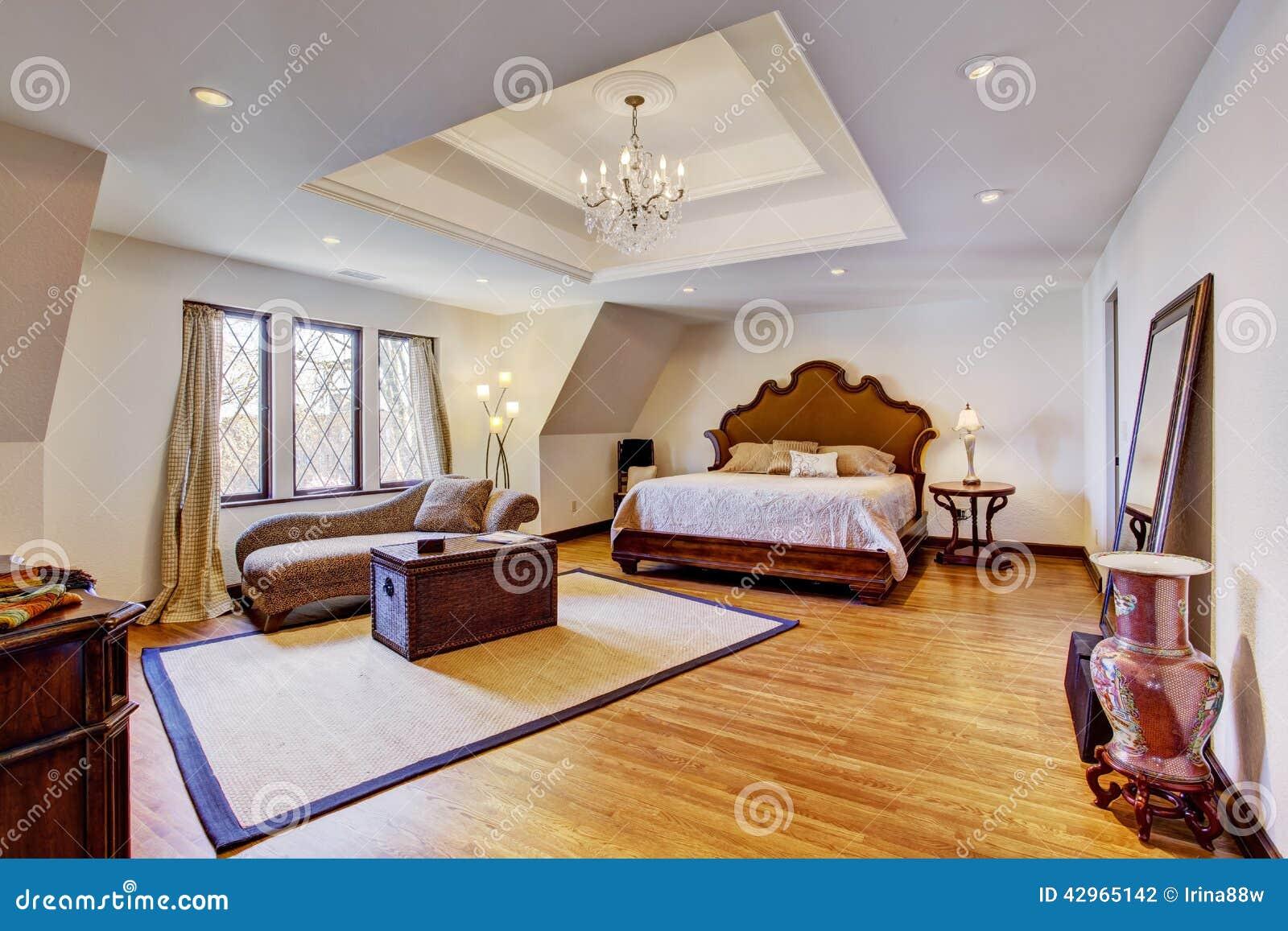 Placoplatre Salon : Helles luxusschlafzimmer mit designdecke stockfoto bild