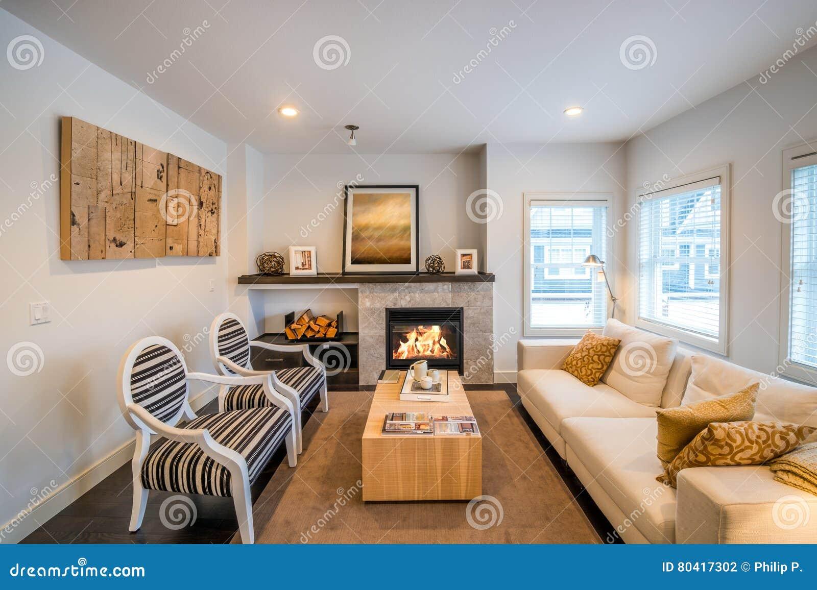 Helles Luxuswohnzimmer Mit Einem Kamin Stockfoto Bild Von Helles Kamin 80417302