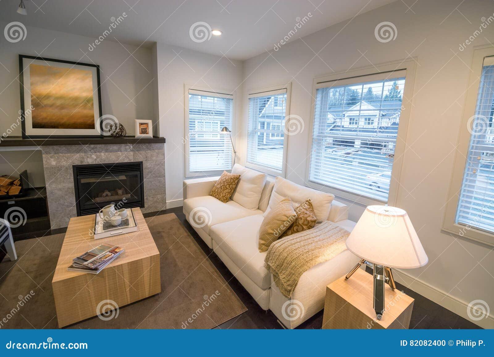 Helles Luxuswohnzimmer Mit Einem Kamin Stockfoto Bild Von Kamin Luxuswohnzimmer 82082400