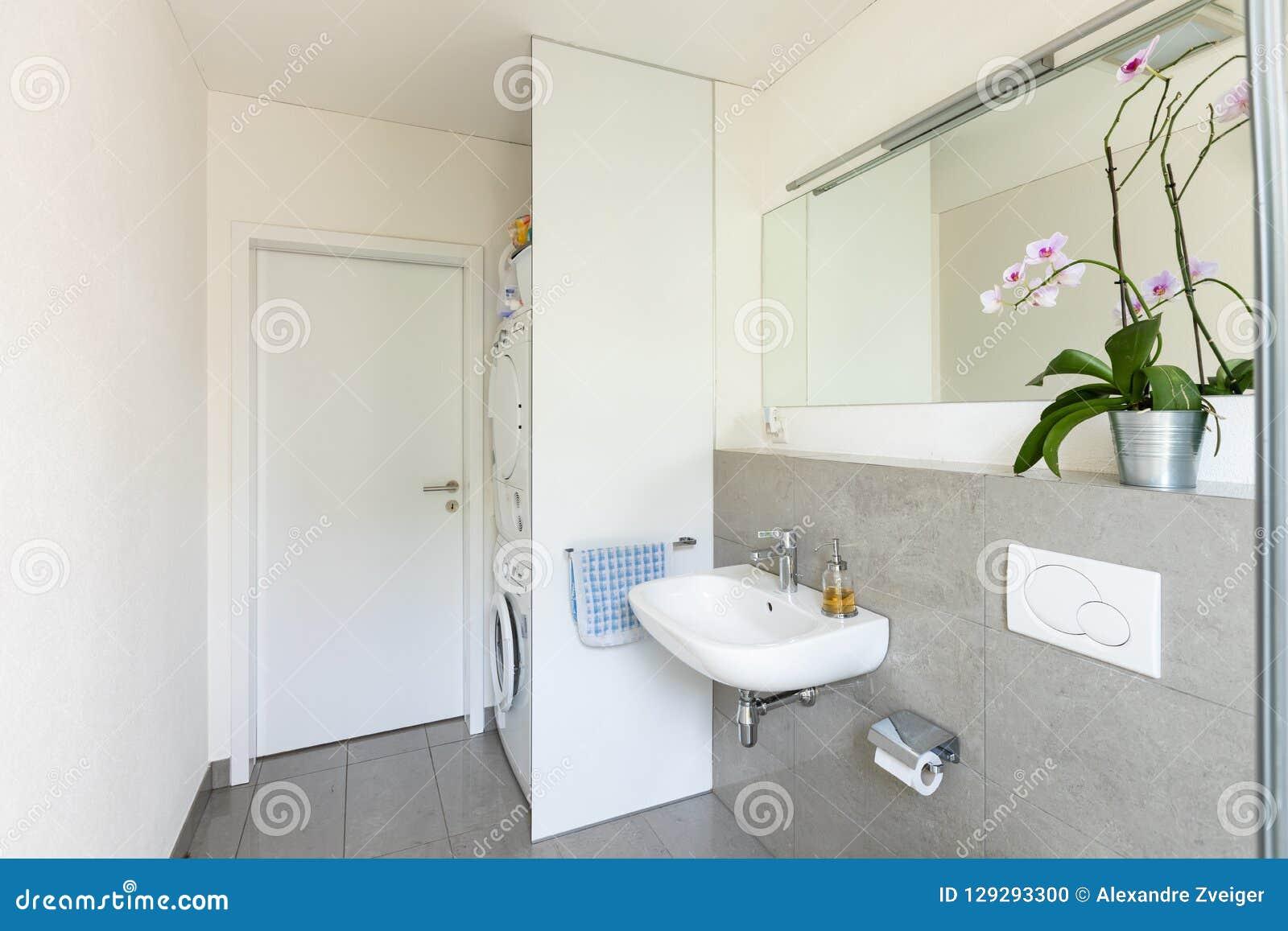 Helles Modernes Badezimmer Mit Fliesen