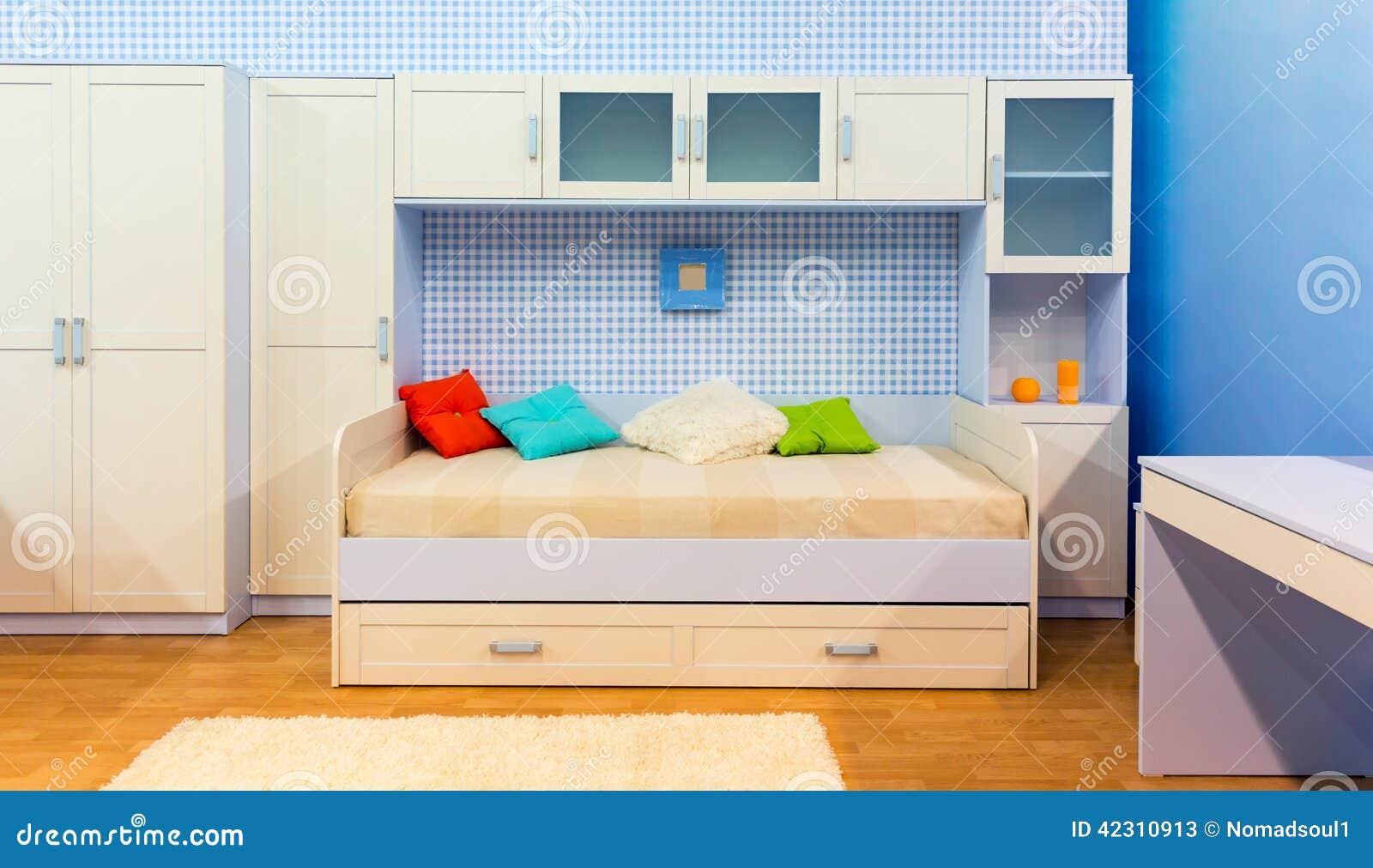 helles schlafzimmer mit einem bett und einem schrank. Black Bedroom Furniture Sets. Home Design Ideas