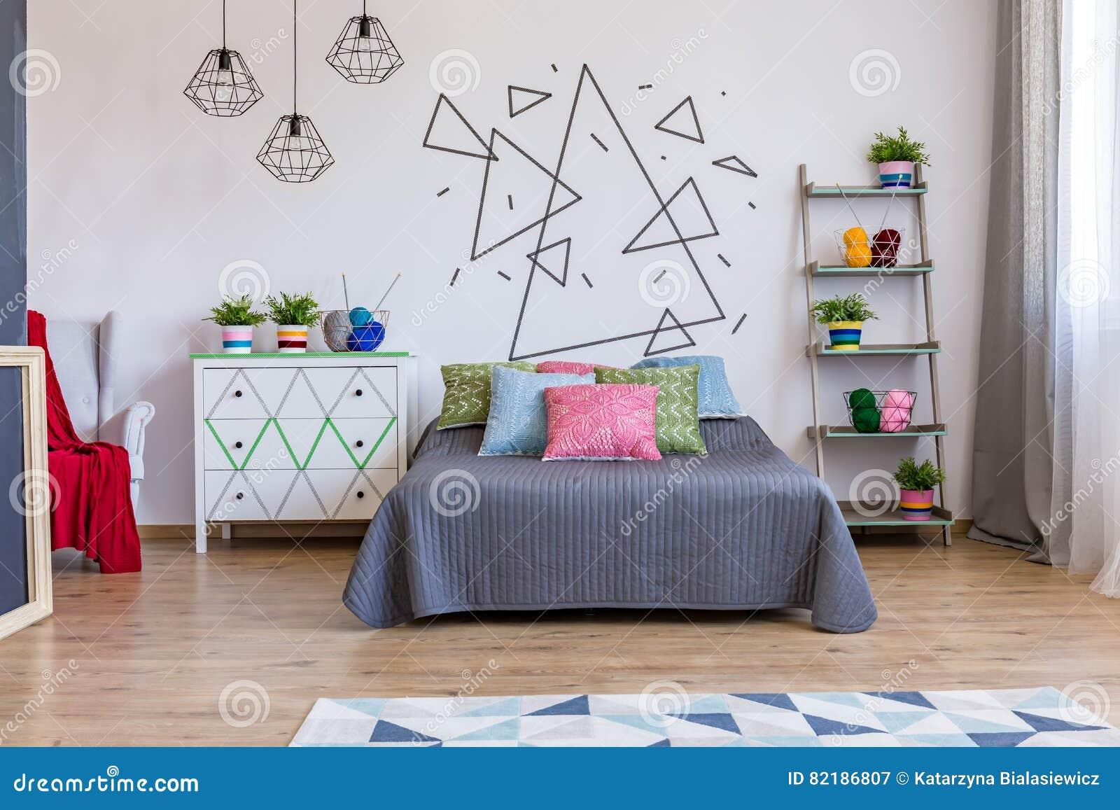 Helles Schlafzimmer Mit Kommode Und Bett Stockbild Bild Von Haus