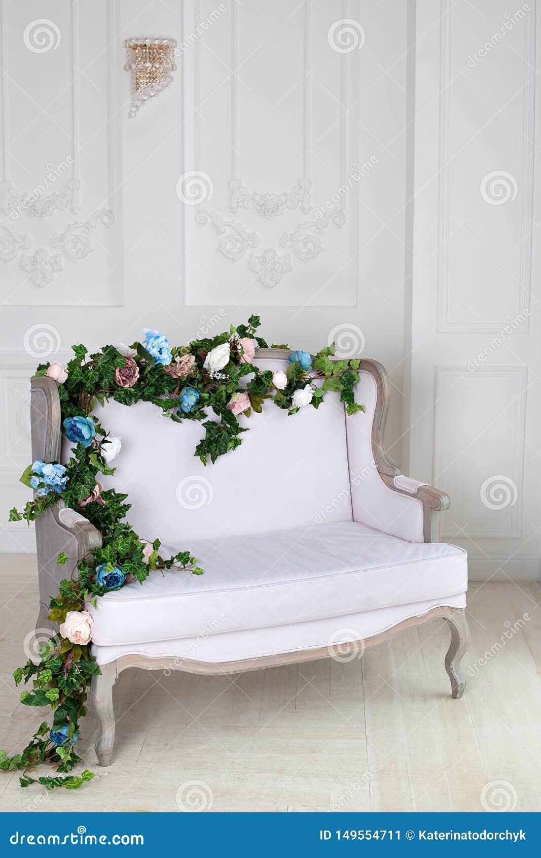 Helles Textilklassisches Sofa in einem Weinleseraum ein heller klassischer k?niglicher Innenraum mit einem weichen Sofa mit einer