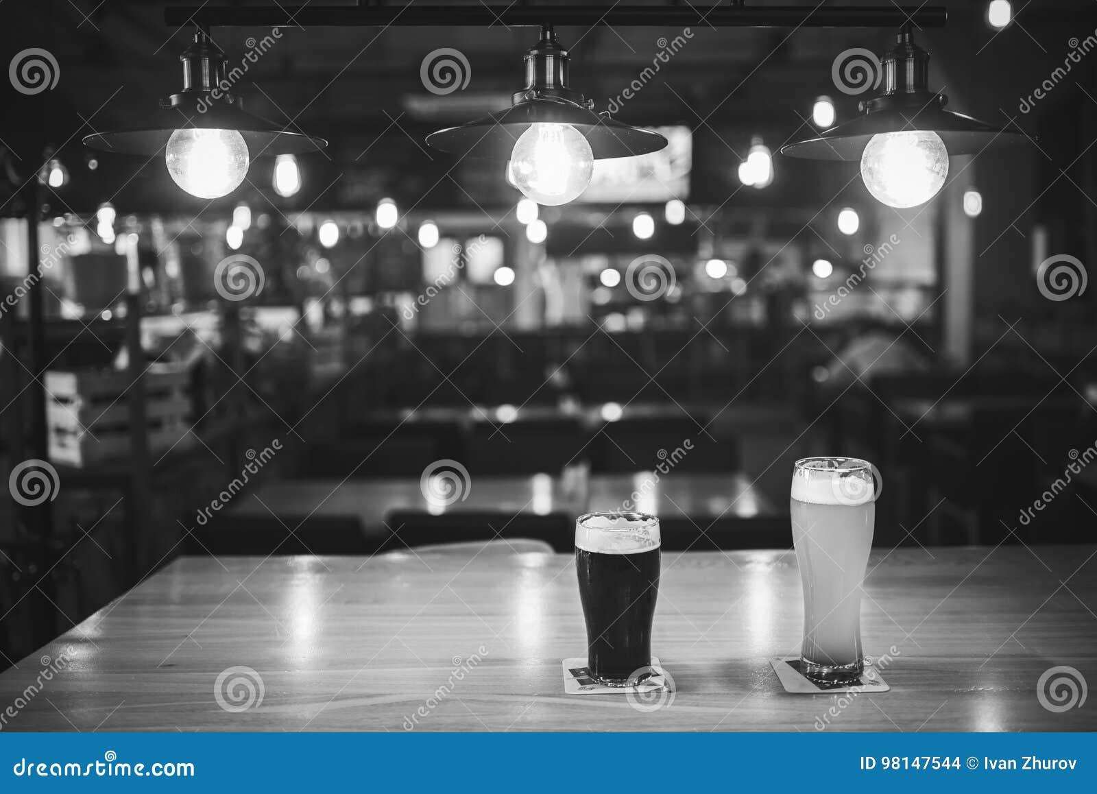 Helles Und Dunkles Bier In Den Gläsern Auf Einer Tabelle In Einer ...
