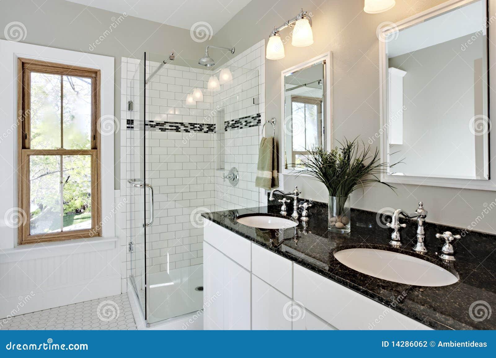 helles weiß gestaltet badezimmer um stockfotografie - bild: 14286062 - Badezimmer Wei