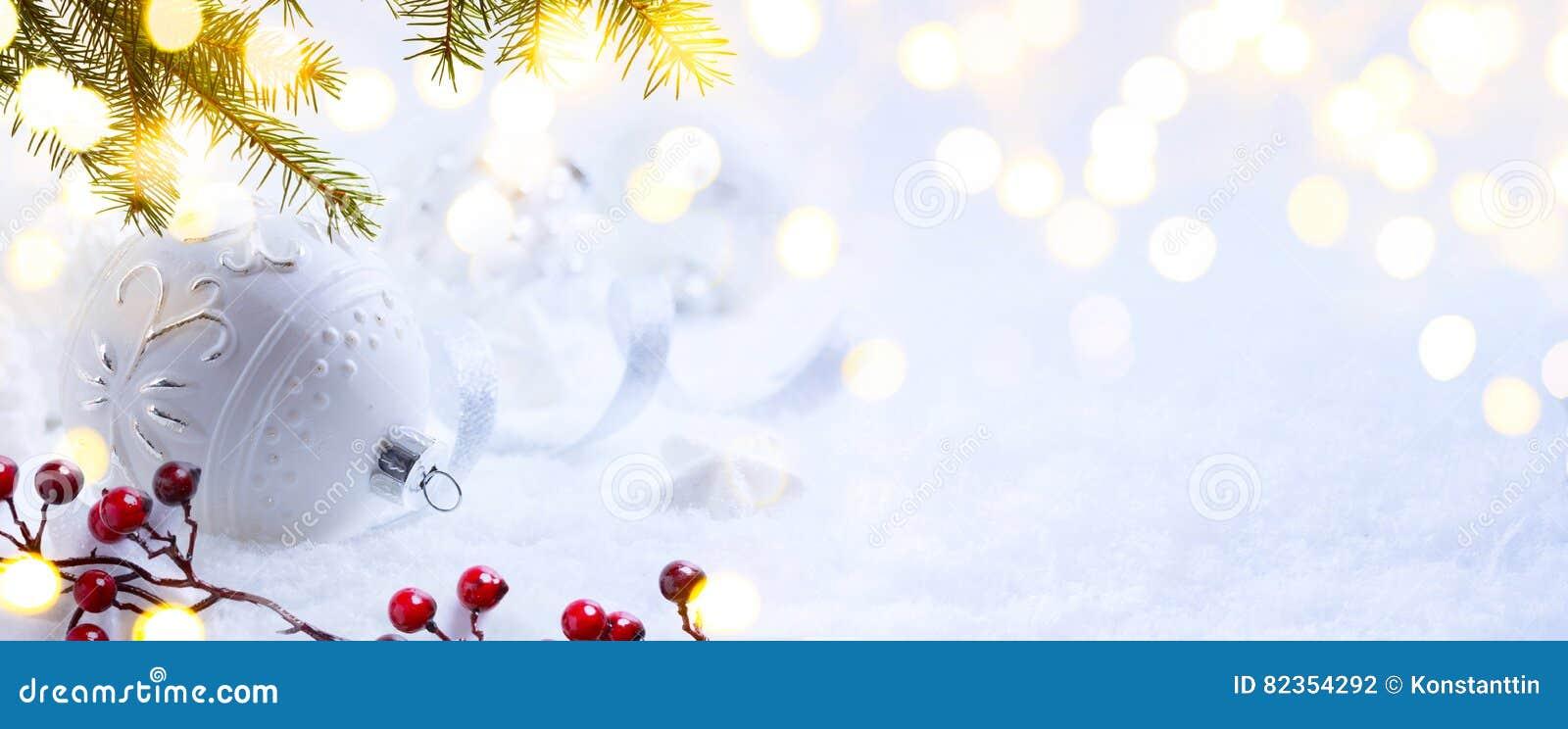 Helles Weihnachten; Feiertagshintergrund mit Weihnachtsverzierung