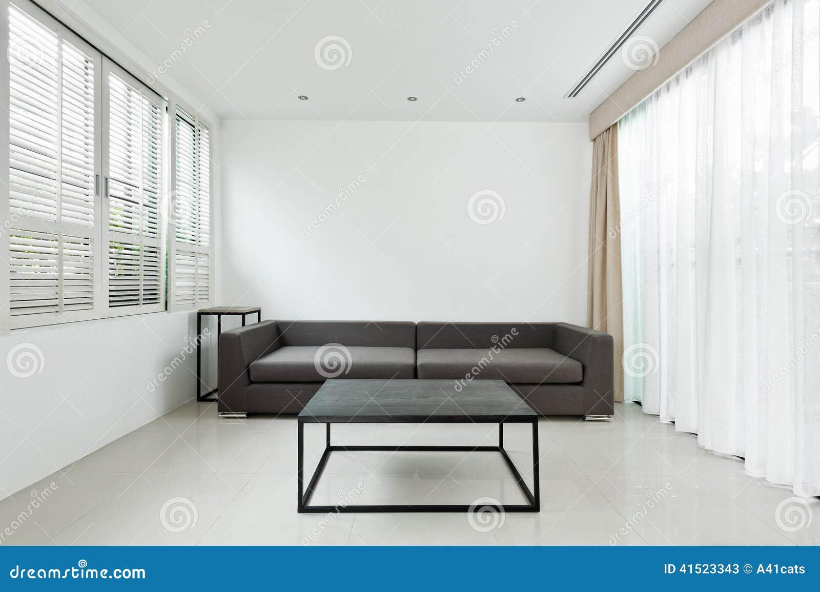 wohnzimmer sofa im raum:Helles Wohnzimmer mit grauem Sofa und minimalistic Dekoration.