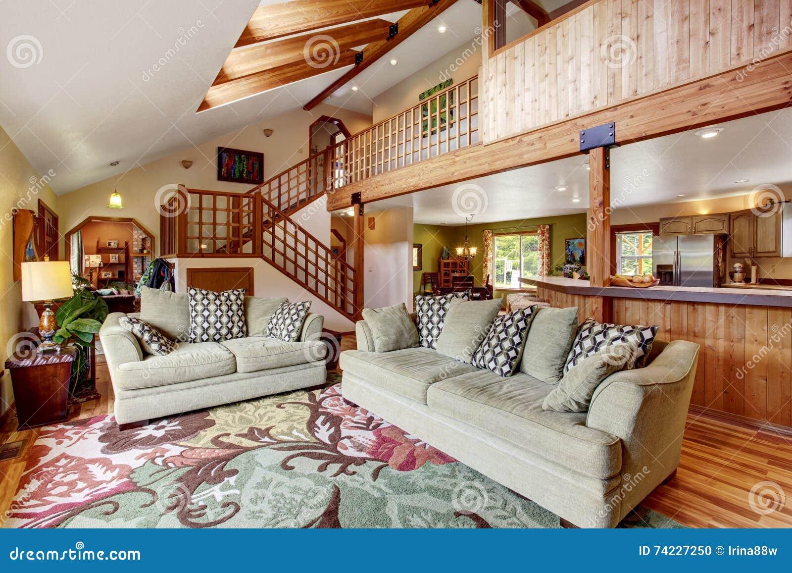 helles wohnzimmer mit massivholzboden und hohe decke mit holzbalken stockfoto bild 74227250. Black Bedroom Furniture Sets. Home Design Ideas