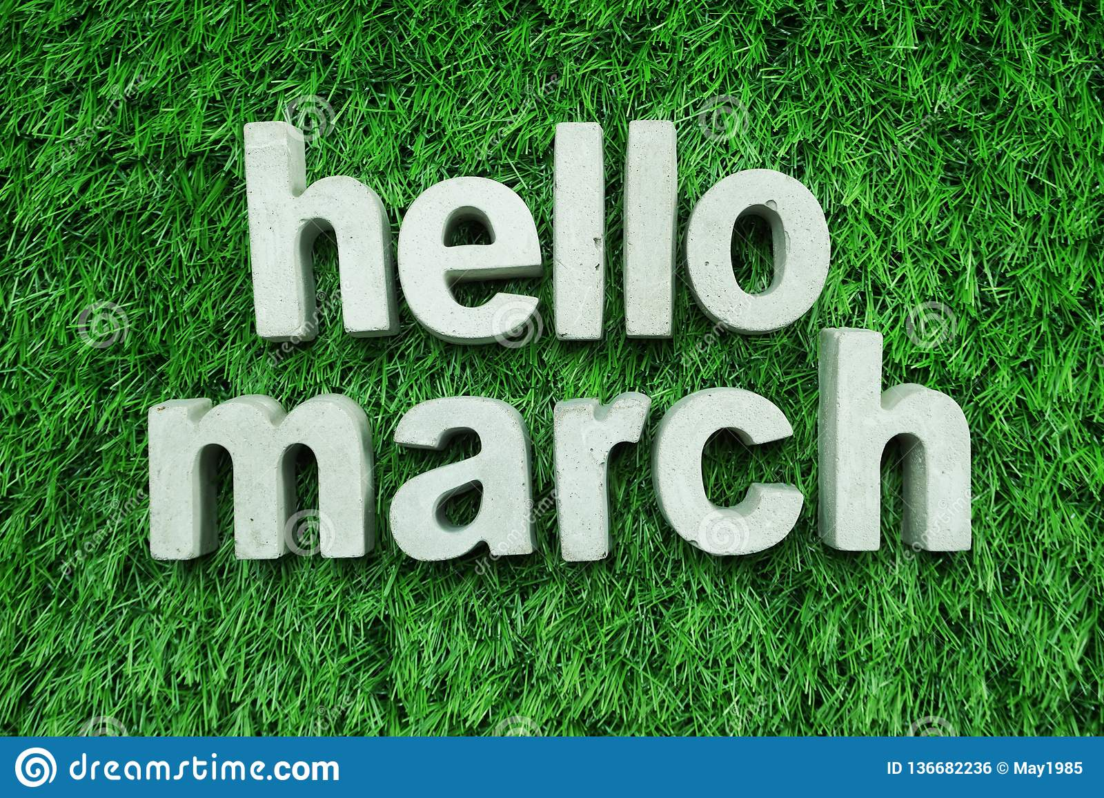 Hello Maart van concreet alfabet op groen gras wordt gemaakt dat