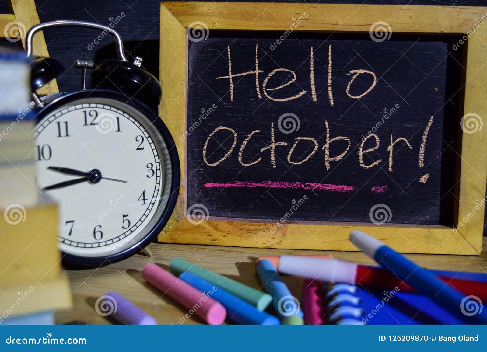 Hello oktober på färgrikt handskrivet för uttryck på svart tavla