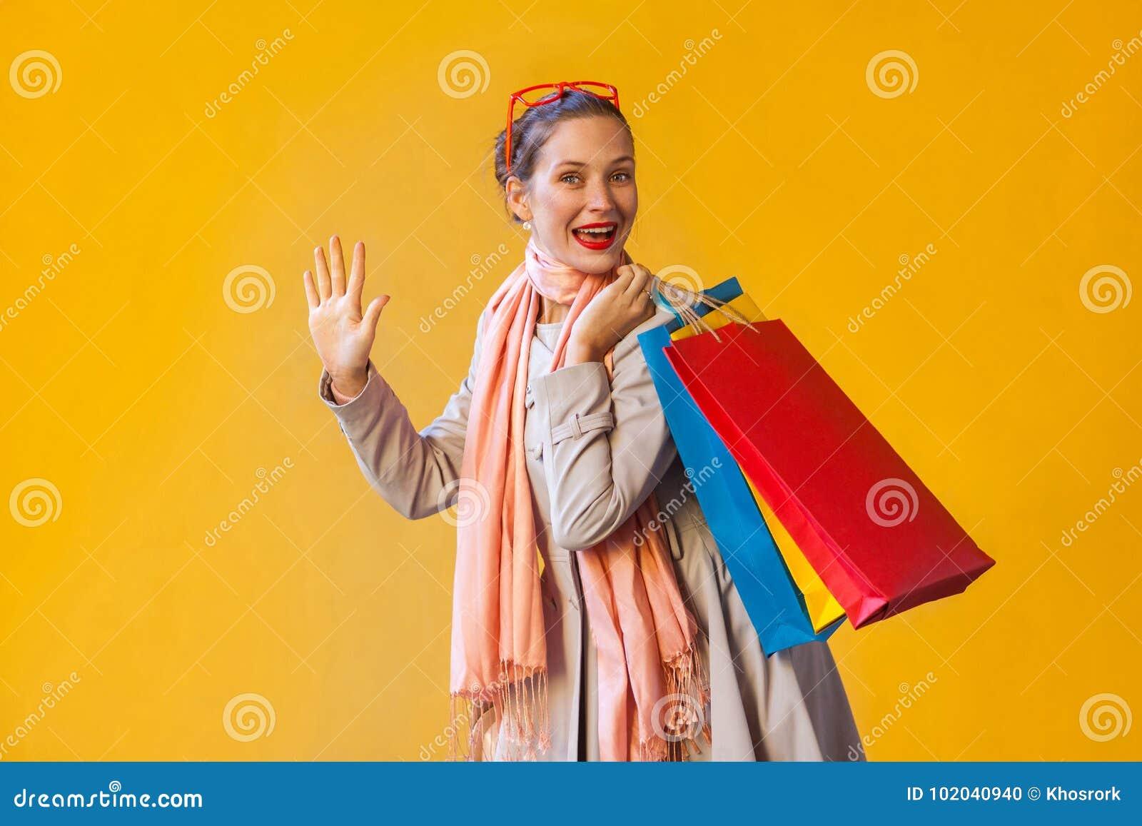 Hello! Verzamelt de geluk jonge volwassen vrouw met sproeten, haar,