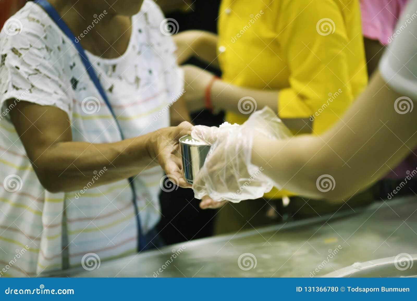 Helpend de armen in de maatschappij door voedsel te schenken: Het concept honger