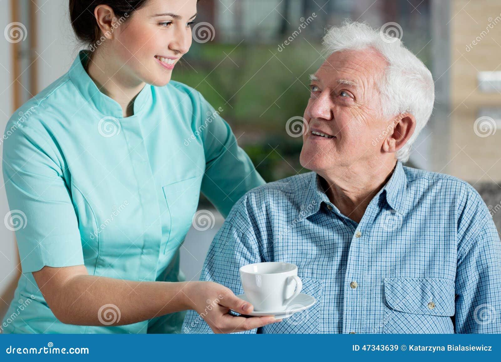 Helper die kop van koffie geven