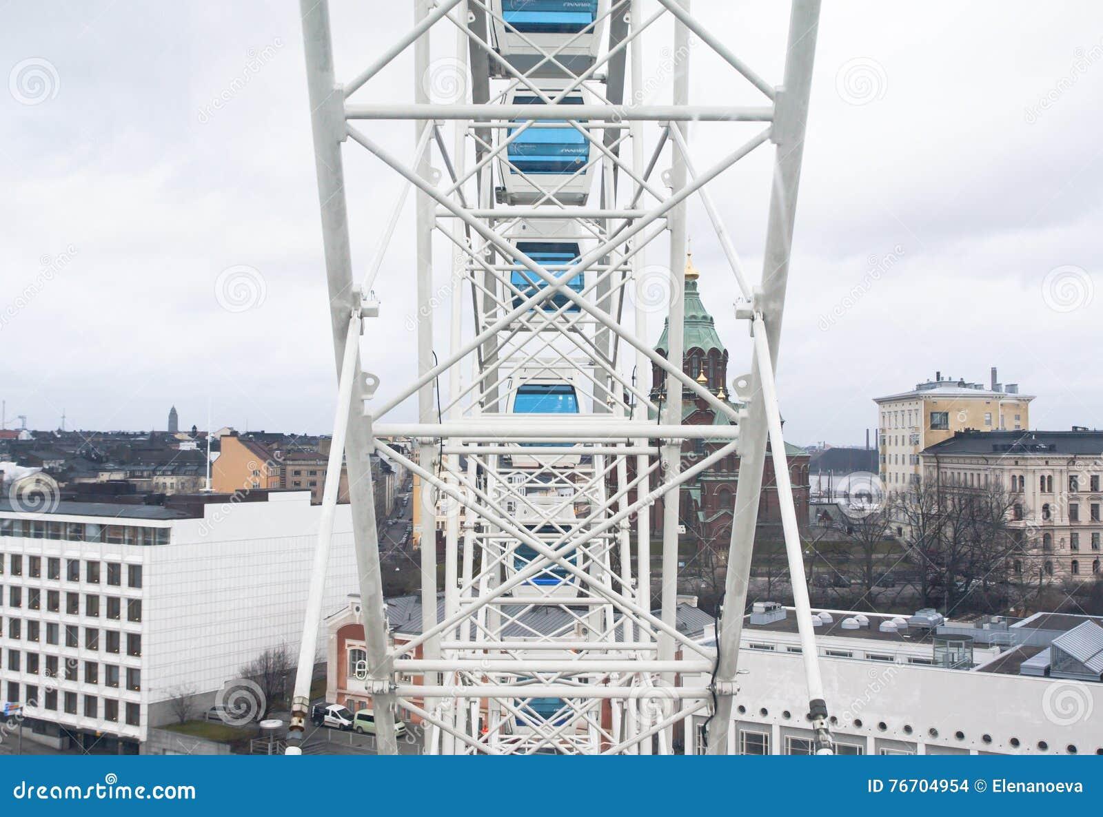 Helsínquia, Finlandia 21 de dezembro de 2015 - Ferris Wheel no porto de Helsínquia