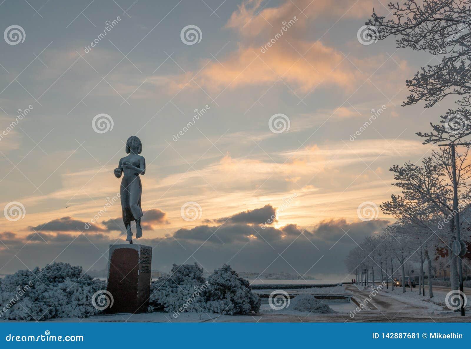 HELSÍNQUIA, FINLANDIA - 8 de janeiro de 2015: A estátua de Rauhanpatsas da paz em Helsínquia, Finlandia no inverno