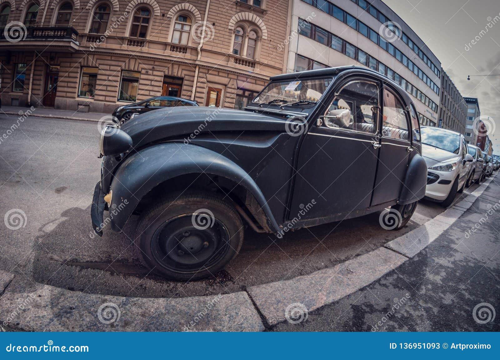 Helsínquia, Finlandia - 16 de maio de 2016: Preto velho Citroen 2CV do carro lente de fisheye da perspectiva da distorção
