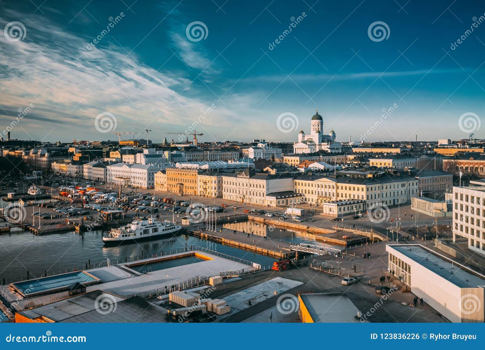 Helsínquia, Finlandia Ideia superior do mercado, rua com palácio presidencial