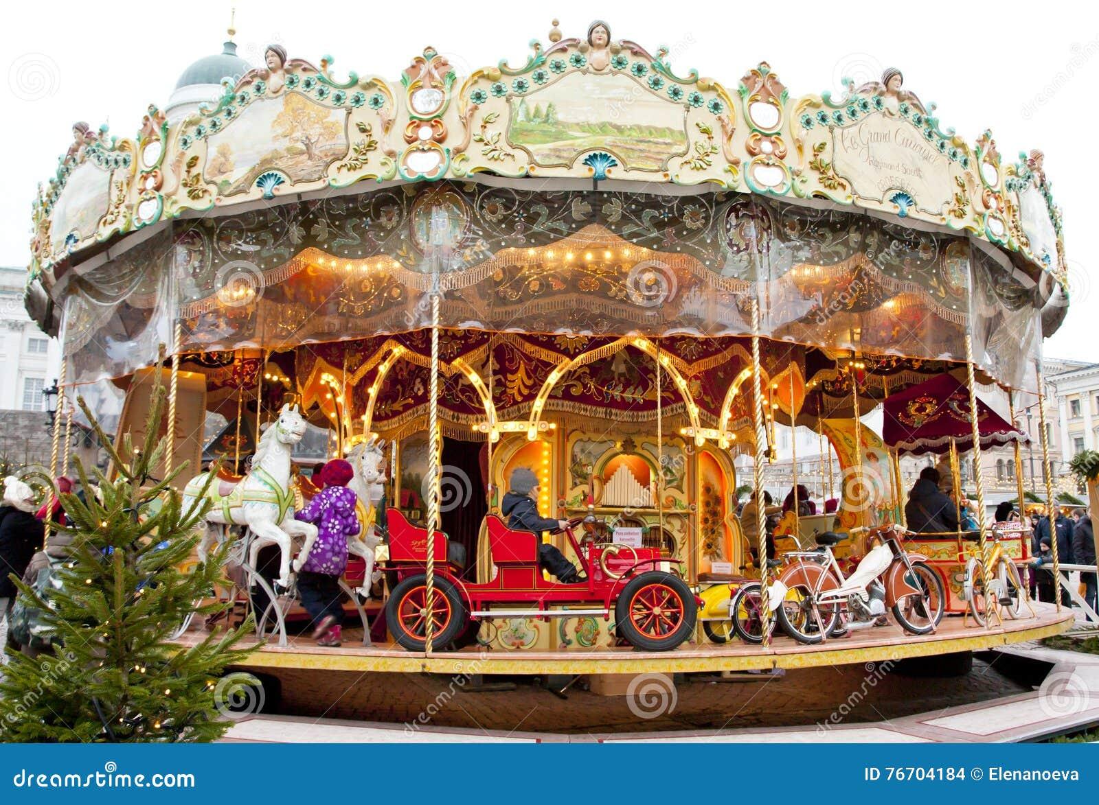 Helsingfors Finland 21 December 2015 - traditionell karusell på julmarknaden